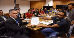 Trabalhadores dos Correios entregam as reivindicações da categoria à ECT